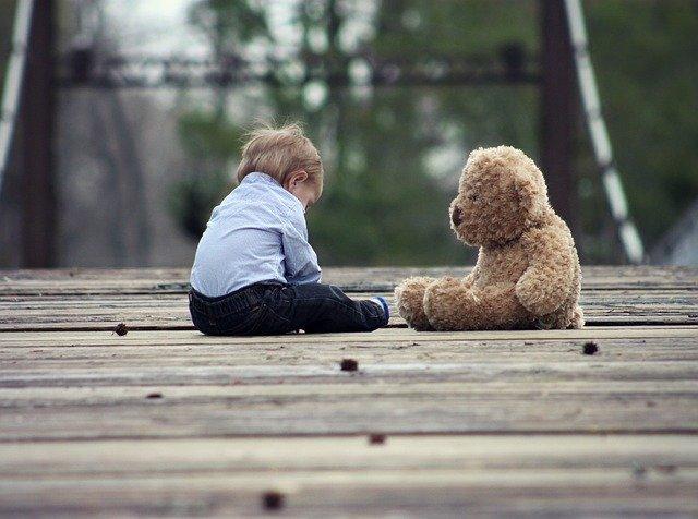 bambino introverso