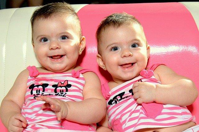 battezzare due gemelli